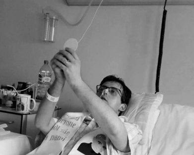 Falece jovem com câncer terminal ordenado sacerdote em cama de hospital